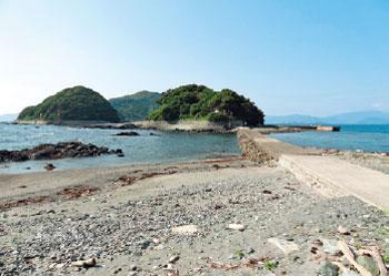 画像:三王島(写真中央)と橋