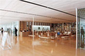 研修室や読書スペース、カフェも設置
