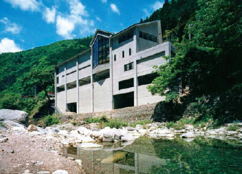 面河渓に面する面河山岳博物館