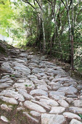 石畳(うろこ坂)